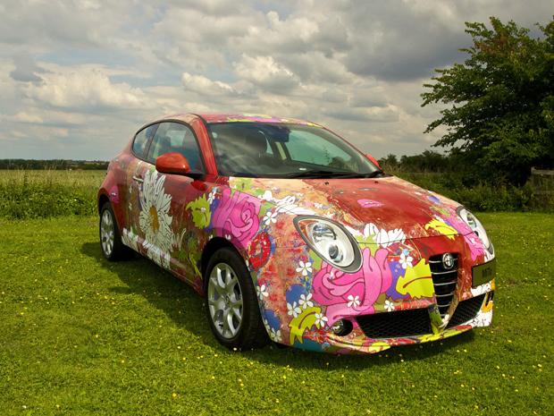 Artista plástica Louise Dear deu nova pintura ao Alfa Romeo MiTo - Crédito: Foto: Divulgação