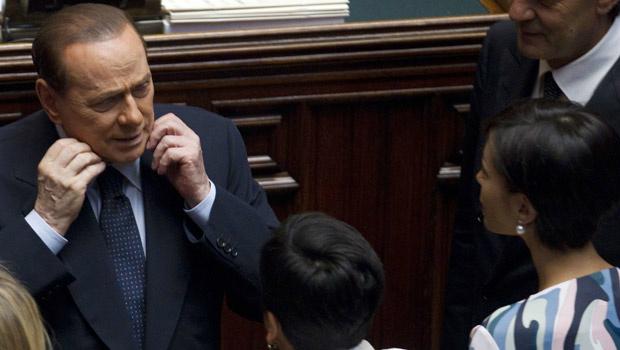 O premiê da Itália, Silvio Berlusconi, fala com a ministra de Oportunidades Iguais, Mara Carfagna, durante a votação desta sexta-feira - Crédito: Foto: AP