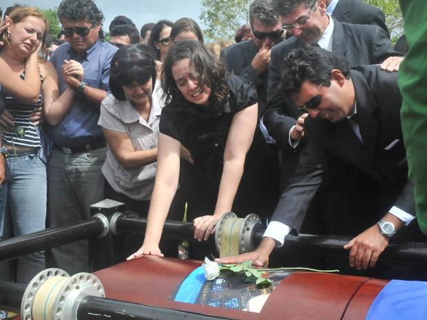 Familiares e amigos se emocionam em sepultamento de copiloto da aeronave que caiu no Recife - Crédito: Foto: Aldo Carneiro/AE/AE