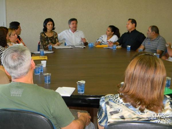 Prefeito Murilo e Dinaci reunidos com representantes do Comitê - Crédito: Foto: Assecom
