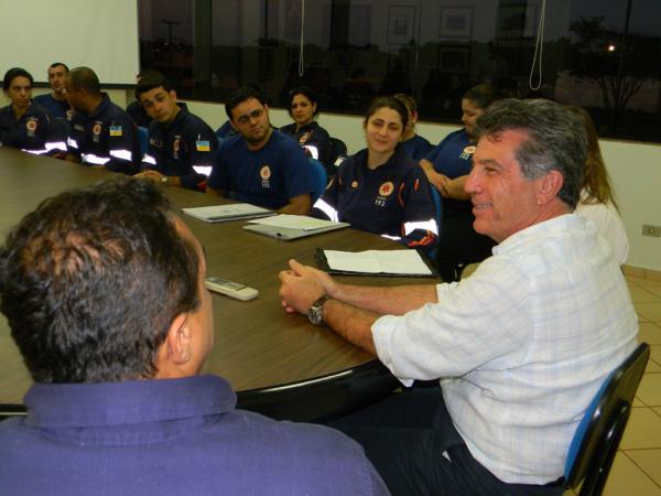 Prefeito com servidores do Samu para discutir reajuste salarial - Crédito: Foto: Assecom