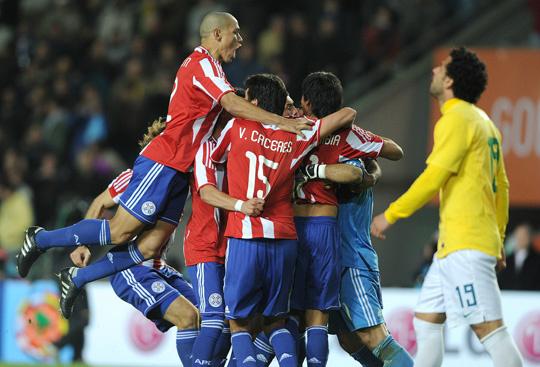 Paraguaios comemoram classificação enquanto Fred lamenta após derrota brasileira -