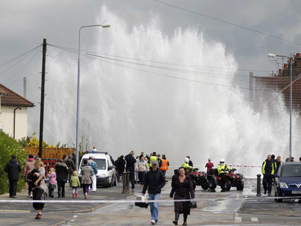 Moradores da região de Huyton, na cidade inglesa de Liverpool, observam na manhã desta segunda - Crédito: Foto: Phil Noble/Reuters