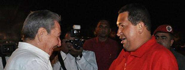 O presidente da Venezuela, Hugo Chávez, é recebido por Raúl Castro, seu colega cubano, na noite deste sábado - Crédito: Foto: AP