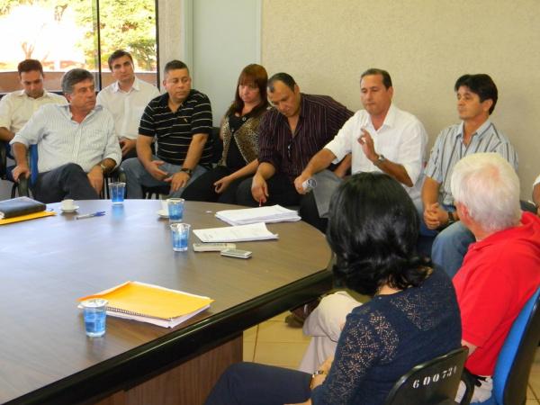 Prefeito reunido com conselhos para explicar projeto de ampliação do perímetro urbano - Crédito: Foto : Assecom