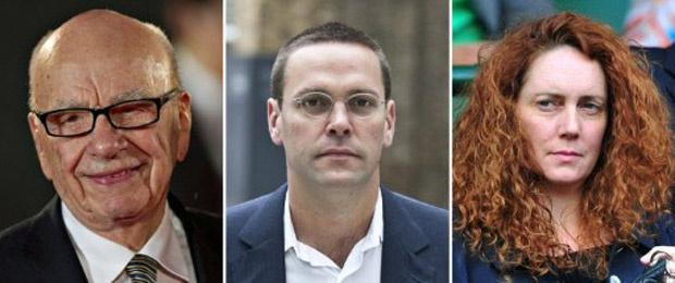 O magnata da mídia Rupert Murdoch, seu filho James, e a ex-executiva do grupo Rebekah Brooks - Crédito: Foto: AFP