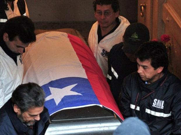 Peritos transportam o caixão com os restos mortais do ex-presidente Salvador Allende, em janeiro - Crédito: Foto: Martin Bernetti / AFP