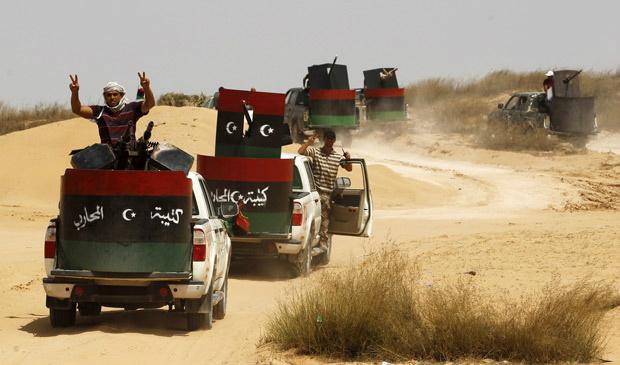 Rebeldes líbios em comboio ao sul de Misrata, nesta terça-feira - Crédito: Foto: Thaier al-Sudani / Reuters