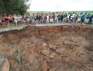 Ponte desabou em Pernambuco devido às chuvas  - Crédito: Foto: Alexandre Gondim/JC Imagem/AE