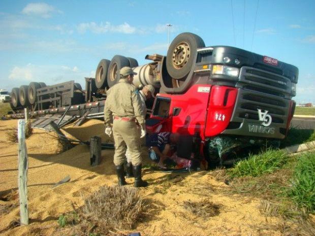 Motorista sofreu apenas ferimentos leves e foi encaminhado para hospital - Crédito: Foto: Célio Ferreira/ Nova News