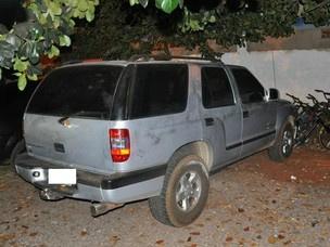 Veículo da vítima, abandonado pelos suspeitos após o roubo de R$ 30 - Crédito: Foto: Ricardo Campos Jr