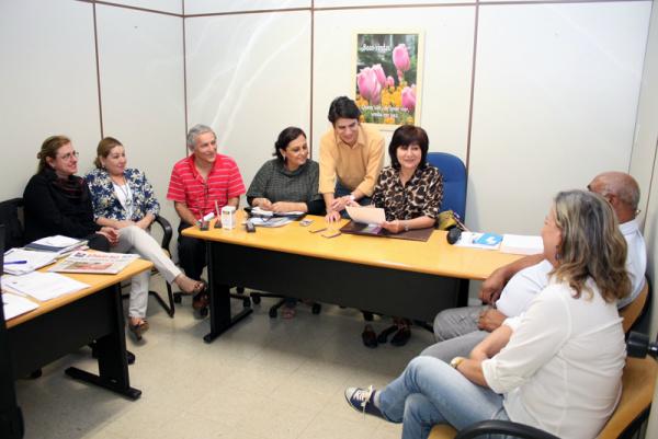 Délia Razuk reunida com assessores na manhã de ontem para definir a agenda do semestre - Crédito: Foto: Divulgação