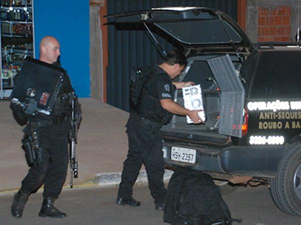 Polícia apreendeu um computador. - Crédito: Foto : alcinópolis.com