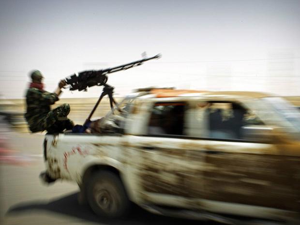 Rebeldes rumam para a cidade de Brega nesta terça-feira - Crédito: Foto: AP