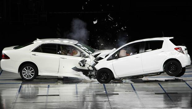 Crash test em fábrica da Toyota no Japão mostra o funcionamento do sistema - Crédito: Foto: Koji Sasahara/AP
