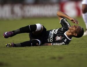 Liedson cai no campo em partida do Timão  - Crédito: Foto: Marcos Ribolli / Globoesporte.com
