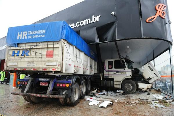 Caminhão invadiu revendedora em Santa Catarina - Crédito: Foto: Julho Cavalheiro/Agência RBS