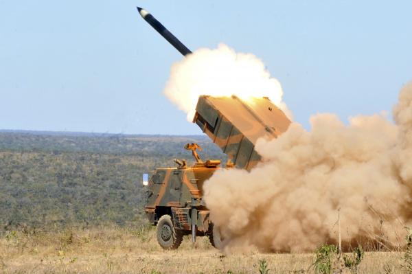 """Lançamento de foguetes """"terra-terra"""" no Campo de Instrução de Formosa - Crédito: Foto: Antonio Cruz – Abr"""