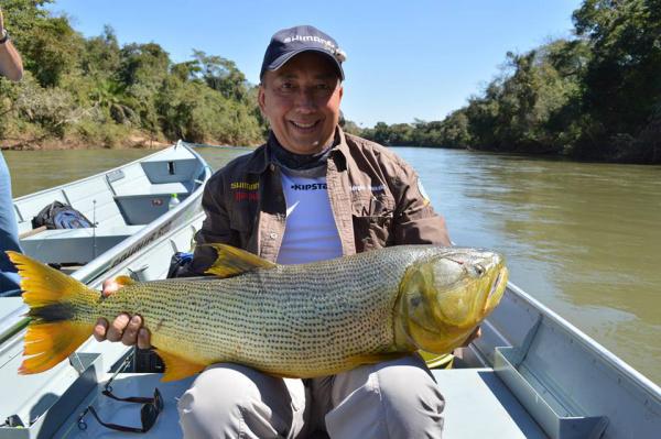 Dourado de 12 quilos, um dos peixes mais cobiçados e de maior pescaria, capturado por Sérgio Arakaki - Crédito: Foto : Elvio Lopes