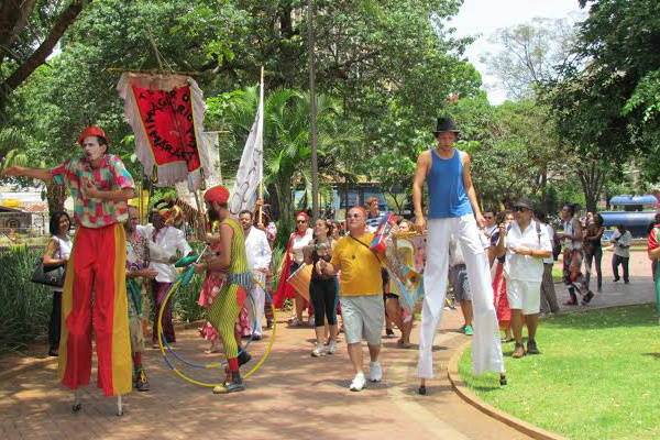 Integrantes do Teatro Imaginário Maracangalha, durante a Temporada do Chapéu, prometem agitar folia na Capital - Crédito: Foto : Elvio Lopes