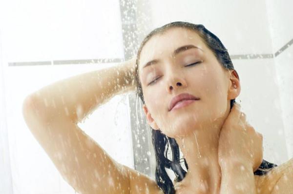 O banho com água fria é mais indicado em situações em que a pele está muito seca ou inflamada. - Crédito: Foto: Divulgação
