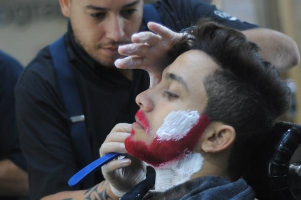 734c1188625 Salão faz de dois a quatro tingimentos de barba por semana. - Crédito  Foto