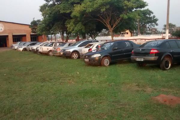 Alguns dos veículos apreendidos junto a traficantes de drogas e que agora podem ser adquiridos por interessados de todo o Brasil. - Crédito: Foto: Sejusp MS