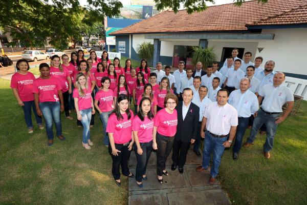 Casal Cláudio e Elisabete Iguma, com a família e equipe da Imobiliária Continental, aderem à Campanha Outubro Rosa. - Crédito: Foto: Divulgação