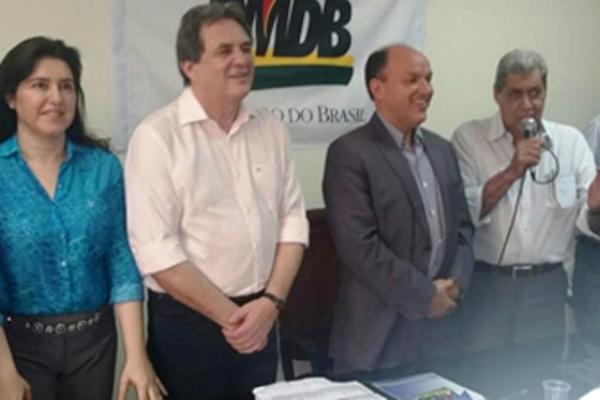 Puccinelli discursa ao lado de Júnior Mochi, Waldemir Moka e Simone Tebet. - Crédito: Foto: Divulgação