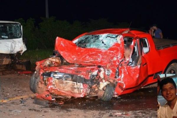 Saveiro bateu em um Gol e depois em uma Van, duas pessoas morreram. - Crédito: Foto: Ivinoticias