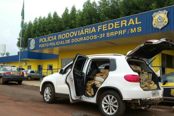 Carro apreendido pela PRF em Dourados estava abarrotado. - Crédito: Foto: Divulgação/PRF