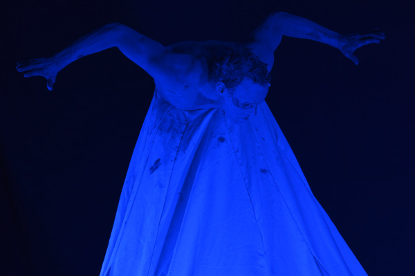 "Bailarino e coreógrafo Rilvan Barbosa em cena do espetáculo ""Rivotril"" - Crédito: Foto: A. Frota"