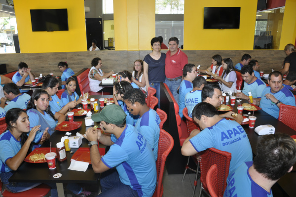Turma da Apae ganhou lanche na The Burgers Dourados. - Crédito: Foto: Hedio Fazan