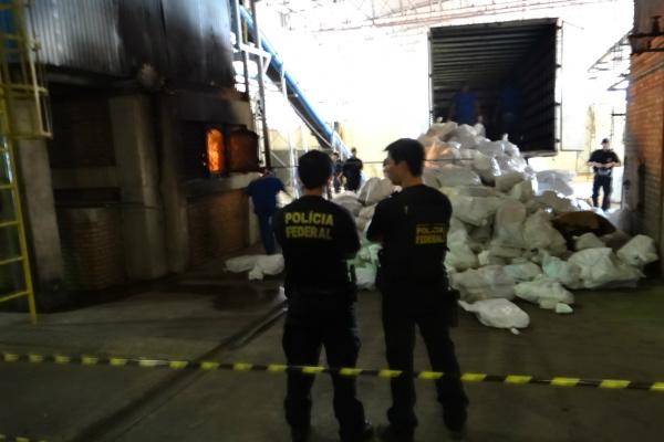 Momento em que a droga era incinerada em fornos de empresa. - Crédito: Foto: Divulgação