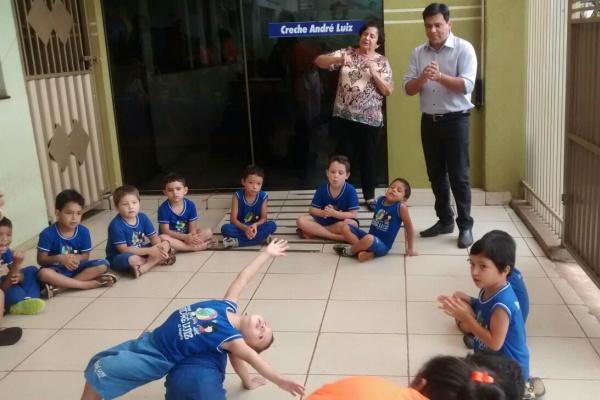 Josephina recebe Marcelo Mourão na Creche André Luiz. - Crédito: Foto: Divulgação