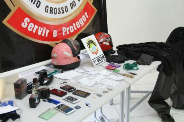 Petrechos apreendidos na casa do acusado de praticar estupros. - Crédito: Foto: Marcos Ermínio/CG News
