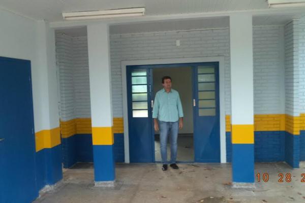 Silas confere obras realizadas pela prefeitura em Indápolis. - Crédito: Foto: Assessoria