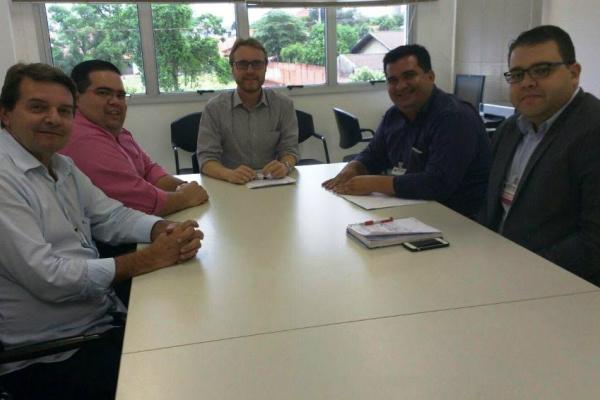 Silas, Raphael, Madson, Alan  e Ricardo Rotunno discutem tema. - Crédito: Foto: Divulgação