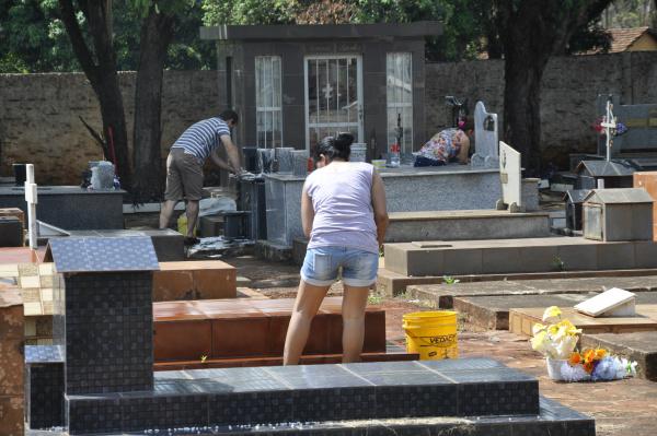 Familiares intensificam a limpeza nos túmulos nos cemitérios Santo Antônio e Bom Jesus. - Crédito: Foto: Hedio Fazan