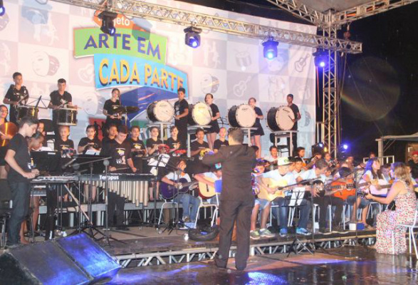Estudantes tiveram aula de violão, flauta e percussão, além de dança e artes cênicas. - Crédito: Foto: Assessoria