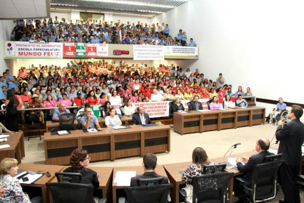 Audiência pública definiu a criação de uma comissão que irá negociar com o governador do Estado. - Crédito: Foto: Wagner Guimarães /ALMS