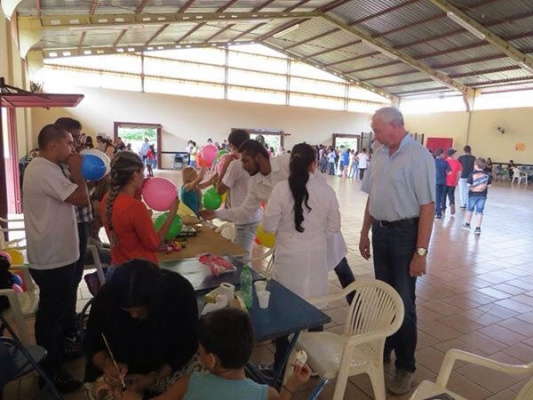 Acadêmicos de Bio Medicina também estiveram presentes atendendo as crianças. - Crédito: Foto: Hélder de Lima