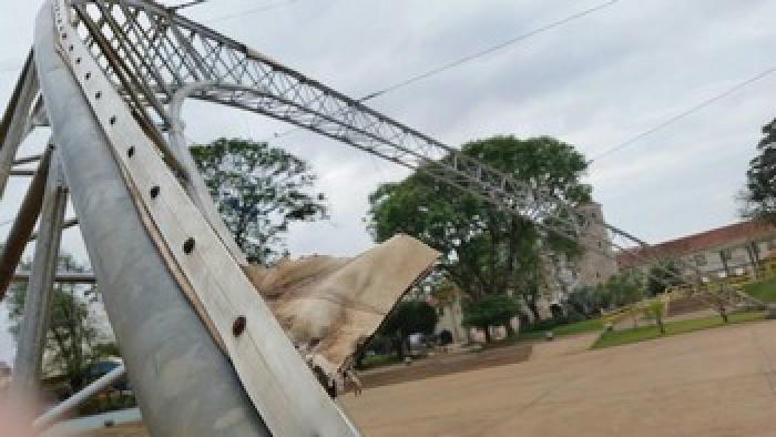 Vereadora pede que seja colocada nova lona sobre a concha já que a antiga foi rasgada com ventos de 37 km por hora em julho. - Crédito: Foto: Divulgação