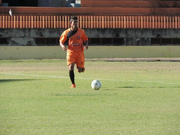 Sobre as chances de título, o lateral Renato diz que o primeiro pensamento é garantir o acesso. - Crédito: Foto: Divulgação