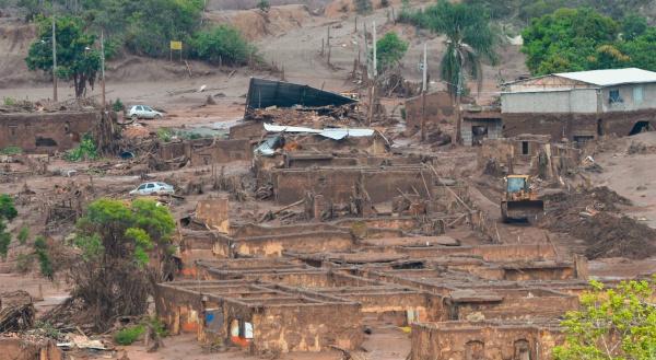 Rompimento de barragens deixa distrito na zona rural de Mariana imerso em dejeto de mineração. - Crédito: Foto: Agência Brasil