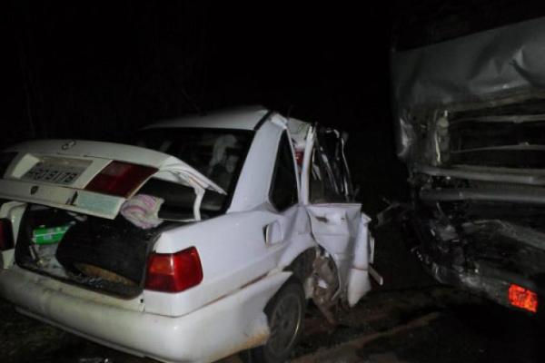 Colisão frontal com carreta resultou em 5 mortos da mesma família. - Crédito: Foto: Cassilanadia News