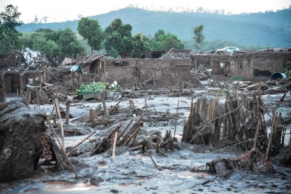 Em meio ao cenário de muita lama, barro e destruição no distrito de Bento Rodrigues, o que restou lembra uma cidade fantasma. - Crédito: Foto: Antonio Cruz/Agência Brasil