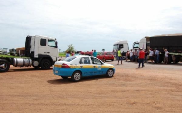 Em Nova Andradina movimento trancou  a BR 134 e impediu a passagem de caminhoneiros. - Crédito: Foto: Acácio Gomes/Nova News