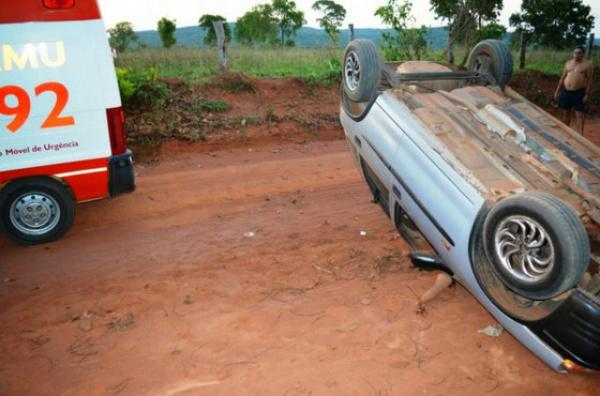 Mulher não usava cinto, foi arremessada para fora do veículo. - Crédito: Foto: Edição de Notícias