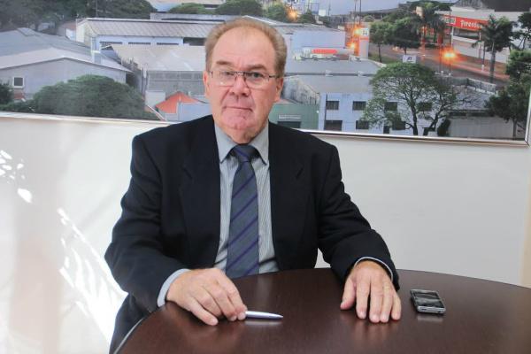 Vereador Idenor  defende a manutenção de placas de sinalização. - Crédito: Foto: Divulgação